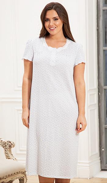 94f67f74a1ba9cf Бренд домашней одежды CLEO предлагает своим пышным клиенткам яркие модели  ночных сорочек, которые выглядят весьма привлекательно.